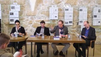 Sie blättern im neuen Programm des TOBS: (v.l.) Katharina Rupp, Kaspar Zehnder, Dieter Kaegi und Didier Juillerat.