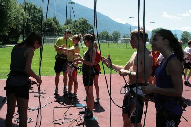 Instruktion zum korrekten Anbinden beim Klettern