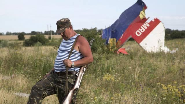Ein pro-russischer Separatist begeht die Absturz-Zone von MH17. (Archiv)