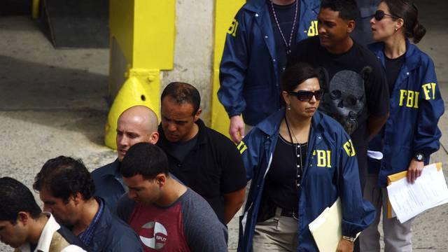 FBI-Agenten führen Verdächtige ab