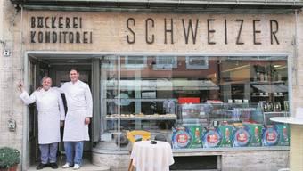 Morgen schliesst die letzte Bäckerei in der Altstadt: Rudolf Schweizer und Sohn Ruedi vor ihrem Geschäft. Foto: PD