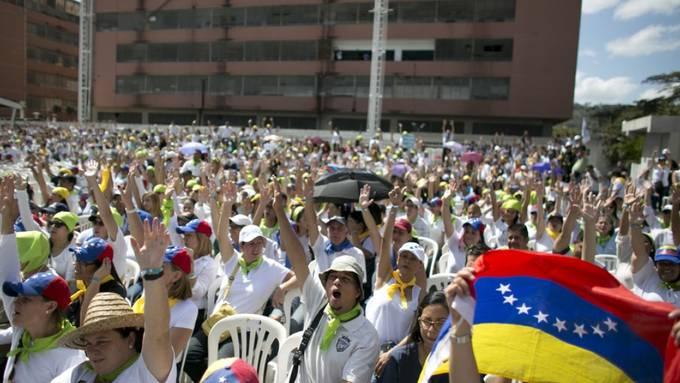 Freiwillige für die Verteilung der Hilfsgüter am Samstag in Caracas.
