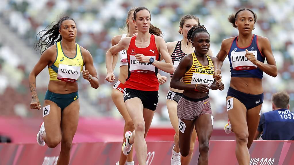 Lore Hoffmann verteidigt sich im 800 m gut und schafft es in die Halbfinals.