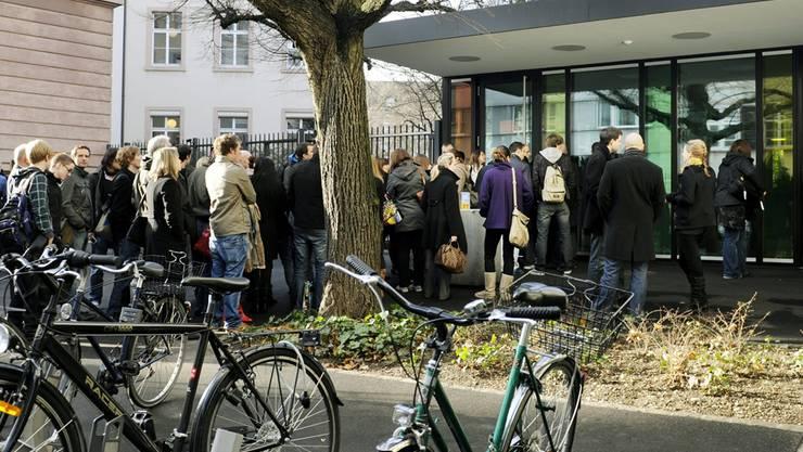 Das neue Schauspielhaus? Zuschauer warten vor dem Basler Strafgericht an der Schützenmattstrasse auf Einlass zu einer öffentlichen Gerichtsverhandlung.  Keystone