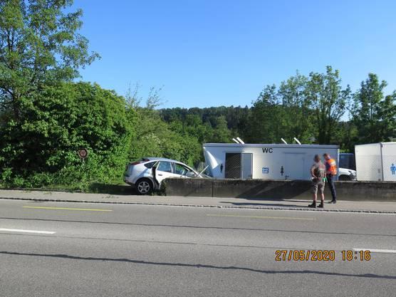 Zwingen BL, 27. Mai: In einen parkierten WC-Anhänger gekracht ist am Mittwoch bei einem Selbstunfall in Zwingen BL ein 74-jähriger Autofahrer.