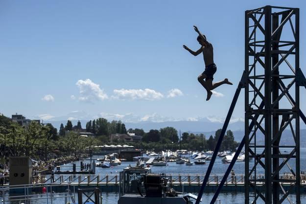 Noch ist der Zürichsee frische 18 Grad kalt: Das hält diesen Jungen nicht ab, beherzt ins Wasser zu springen.