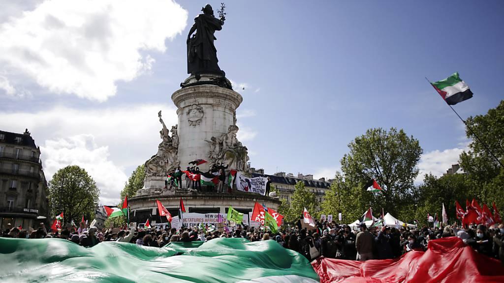 Pro-palästinensische Demonstranten in Paris. Foto: Thibault Camus/AP/dpa