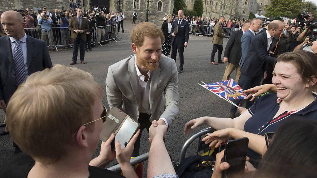 Prinz Harry begrüsst am Vorabend seiner Hochzeit bereits für das Fest versammelte Fans vor Schloss Windsor.