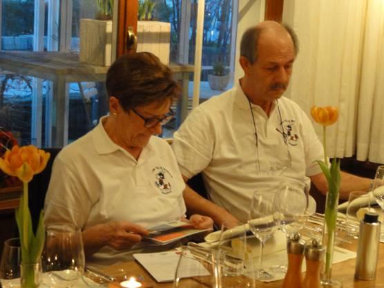 Ehepaar Denk beim Studieren des Menus