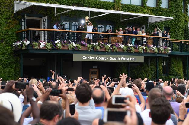 «Mein Bild entstand 2017 nach Rogers letztem Sieg hier. Gleich nach der Zeremonie auf dem Platz, zwei Minuten später, präsentiert der Sieger auf dem Balkon den Pokal. Ich musste also rennen. Für mich ist dieses Bild aus drei Gründen speziell. Erstens zeigt es, wie beliebt Roger hier ist. Zweitens: Weil alle mit den Handys Fotos machen. Und drittens, weil ich in dem Moment abdrücke, als der offizielle Fotograf auf dem Balkon seinen Blitz auslöst.»
