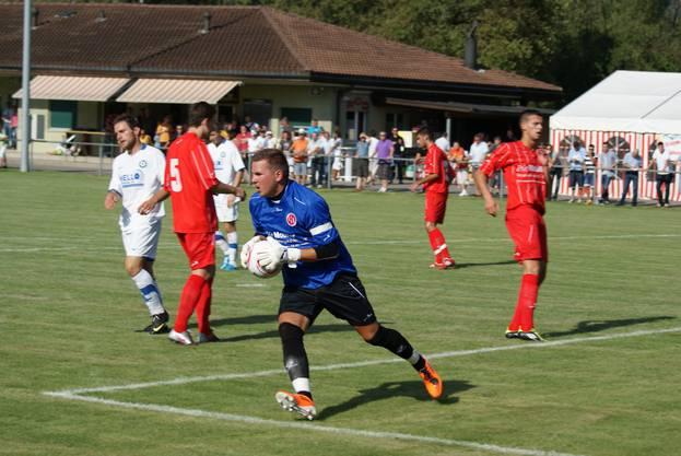 Torhüter Markus Würsten schnappt sich den Ball.