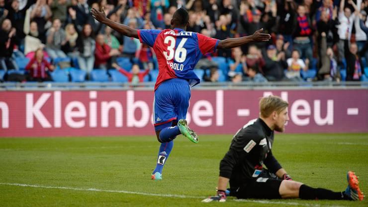 16. März 2014: FCA-Goalie Lars Unnerstall ist geschlagen, Embolo dreht nach seinem Premierentor bei den Profis jubelnd ab.
