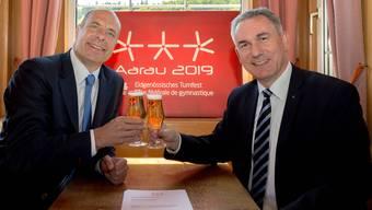 Thomas Amstutz (CEO Feldschlösschen) und Alex Hürzeler (OK-Präsident ETF 2019 und Regierungsrat) stossen auf die beschlossene Partnerschaft an.