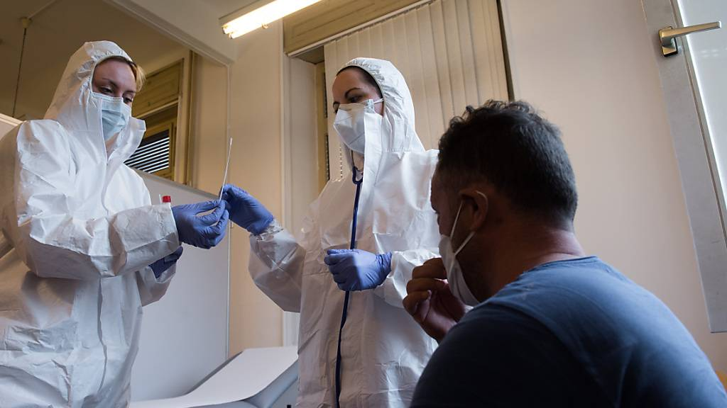 Bereits 127 Personen sind in der Schweiz positiv auf eine mutierte Form des Coronavirus getestet worden. (Themenbild)