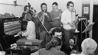 Eines der ersten von «Jazz in Baden» veranstalteten Konzerte, am 25. Februar 1981 im «Trudelkeller»: Christoph Baumann am Klavier, Hämi Hämmerli am Bass, Alan Ett am Sopransaxofon, Urs Blöchlinger am Sopraninosaxofon und Hans Meier an der Posaune. (v. l. n. r.)