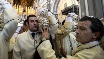 Am Palmsonntag in Malaga: Hollywoodstar Antonio Banderas (rechts im Bild)