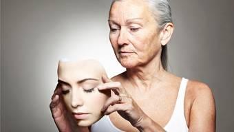 Wechseljahre: Zeitraum, in dem die Fortpflanzungsfähigkeit der Frau langsam erlischt, weil die Eierstöcke die Hormonproduktion langsam einstellen.
