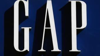 Der angeschlagene US-Modekonzern Gap gerät durch die Corona-Krise zunehmend in Finanznöte. Das Unternehmen hat Mietzahlungen für seine geschlossenen Filialen in Nordamerika ausgesetzt und weitere Sparmassnahmen beschlossen. (Archivbild)