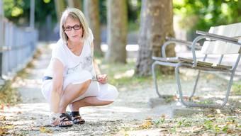Mit Handschuhen aus dem Baumarkt hebt Annemarie Martin den Abfall auf, den andere an der Limmatpromenade achtlos liegen gelassen haben.