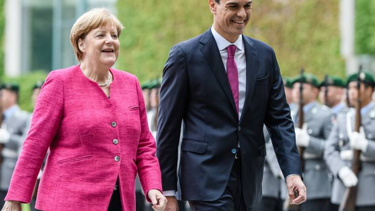 Angela Merkel und Pedro Sanchez am Dienstag in Berlin beim Abschreiten der Ehrengarde.