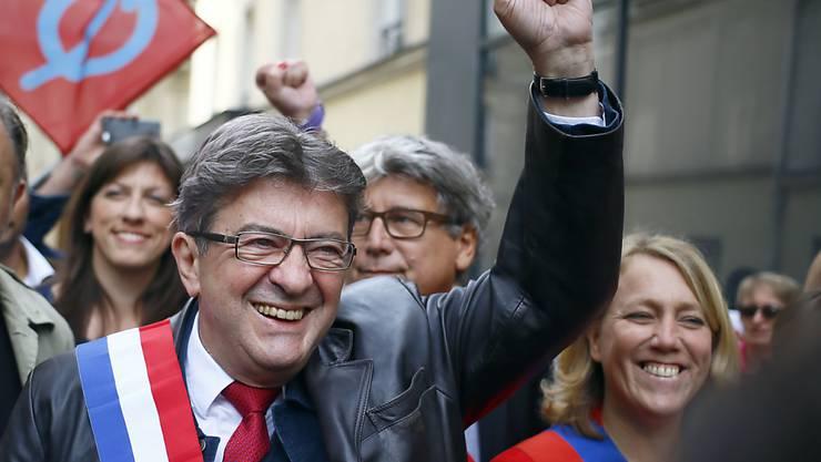 ARCHIV - Der linke französische Politiker Jean-Luc Mélenchon begrüßt 2017 bei einer Demonstration gegen die damalige Arbeitsmarktreform seine Anhänger. Foto: Francois Mori/AP/dpa