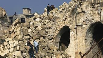 Männer in den Trümmern der grossen Moschee in Aleppo. Die Waffenruhe in Syrien gibt den Zivilisten eine Verschnaufpause. (Archiv)