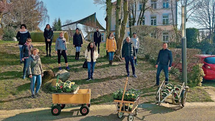 Ein Dutzend Helfer zog in Wolfwil mit Blumen durchs Dorf und beschenkte die Bevölkerung.