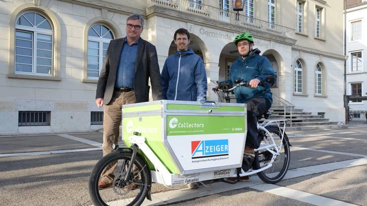 Gemeindepräsident Stefan Hug, Geschäftsleiter Collectors Philipp Keel und Fahrer Fabio