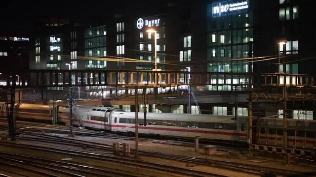 Drei Wagen eines ICE bei der Einfahrt zum Basler Bahnhof aus den Schienen gesprungen