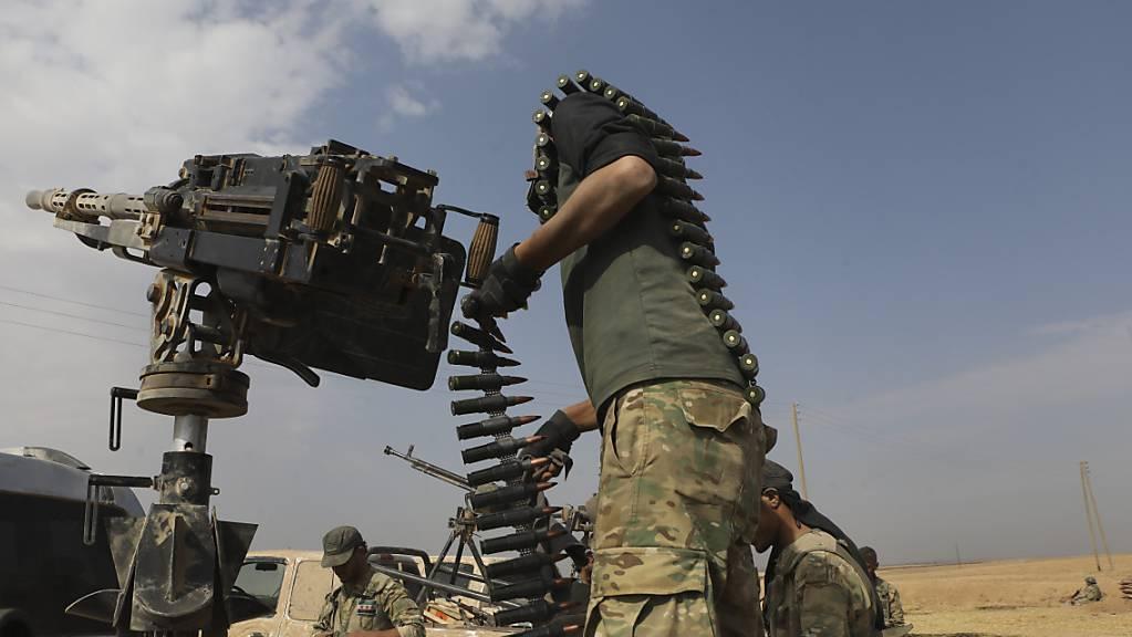 Von der Türkei unterstützte syrische Rebellen beschiessen die nordsyrische Grenzstadt Ras al-Ain.