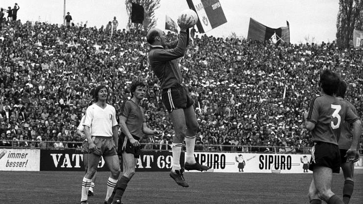 Goalie Biaggi von Xamax fängt sicher einen Ball unter den Augen von Sion Spieler Otto Luttrop.