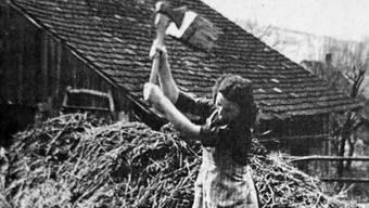 «Wie ein elektrischer Schlag fuhr es durch meinen ganzen Körper»: Ida Jeker, vormals schwer krank, beim Holzhacken.