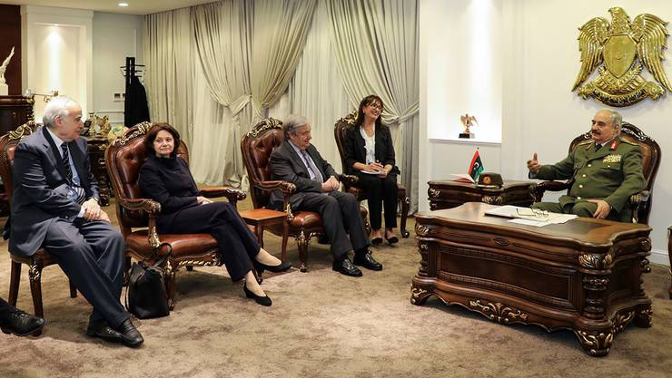 UNO-Generalsekretär Antonio Guterres (Mitte) trifft sich mit dem Kommandanten der Libyschen Nationalarmee (LNA), Chalifa Haftar.