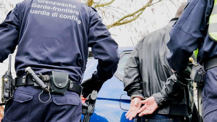 Nach dem verhafteten, 19-jährigen Rumänen wurde wegen Diebstahl, Sachbeschädigung und Hausfriedensbruch gefahndet. (Symbolbild)