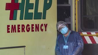 Ein medizinischer Mitarbeiter legt in Chiles Hauptstadt Santiago seinen Kopf gegen einen Krankenwagen. Foto: Esteban Felix/AP/dpa
