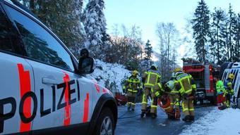 Der umgekippte Betonmisch-Lastwagen musste mit einem Pneukran geborgen werden (Bild: Kapo Obwalden)
