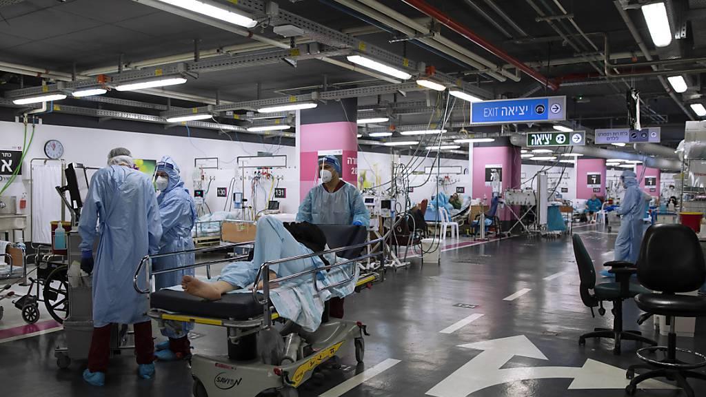 Medizinisches Personal in Schutzkleidung behandelt Corona-Patienten in einer Intensivstation, die behelfsmässig in einer Tiefgarage des  Rambam-Krankenhaus eingerichtet wurde.