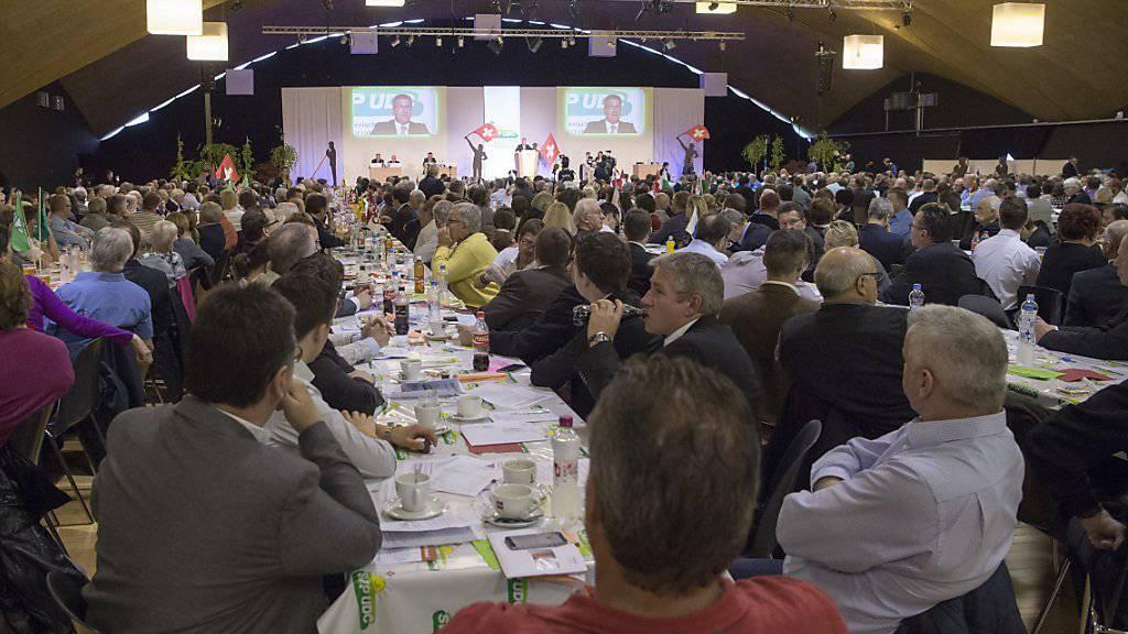 Es braucht auch viel Sitzleder an einer Delegiertenversammlung: Delegierte der SVP lauschen am 23. April einer der zahlreichen Reden (Archiv).