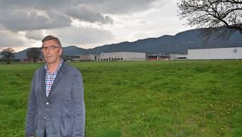 Gerhard Studer auf dem Areal, auf dem die geplante regionale Arbeitsplatzzone dereinst zu stehen kommen soll. In Hintergrund die bestehende Industriezone.
