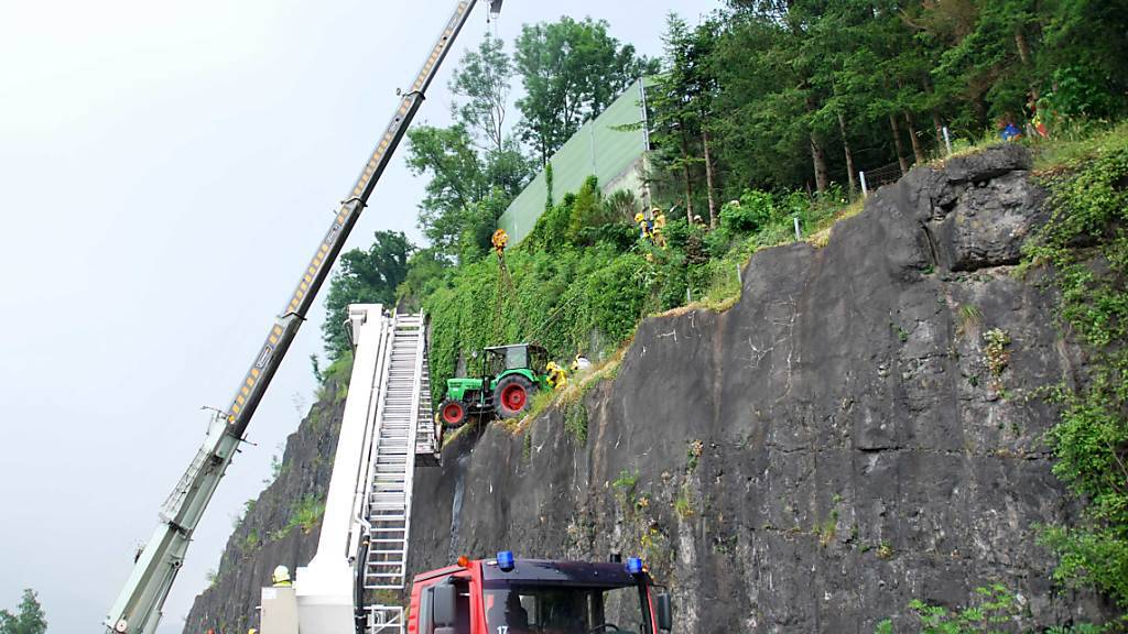 Der Traktor stürzte oberhalb der Schnellstrasse zwischen Sarnen und Alpnach auf einen Felsvorsprung.