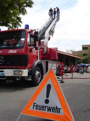 Viel los bei der Feuerwehr Birsfelden. Am Tag der offenen Türe gibt es ein buntes Programm. Einer der Höhepunkte ist mit Sicherheit die Ausfahrt mit der Feuerwehrdrehleiter auf 30 Meter Höhe!