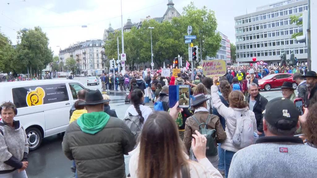 Über 1'000 Personen an Corona-Demo auf dem Helvetiaplatz