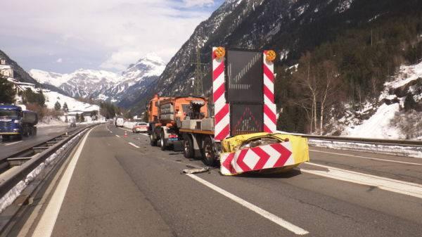 Pole fährt auf A2 in Signalisationswagen