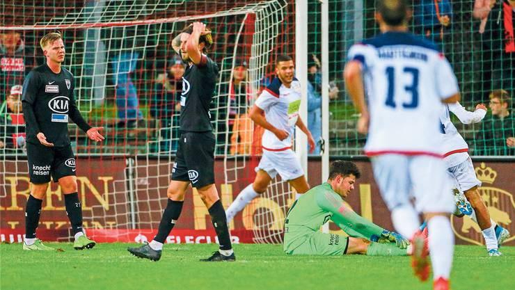 Ein Bild, das in der Vorrunde viel zu oft vorkam: Die FCA-Spieler ärgern sich über einen der insgesamt 35 Gegentreffer.