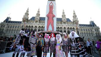 Die Gäste kamen in aufwendigen Kostümen zum Glamour-Ball im Wiener Rathaus.