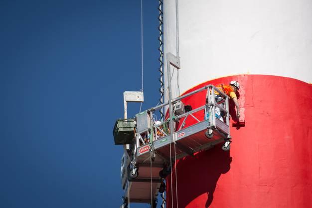 Der 125 Meter hohe Kamin der Jura-Cement-Fabrik muss wegen der Flugsicherheit rot-weiss gestrichen werden.