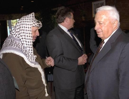 Sharon als Aussenminister (rechts) trifft den verstorbenen Palästinenserführer Yasser Arafat (Aufnahme von 1998).