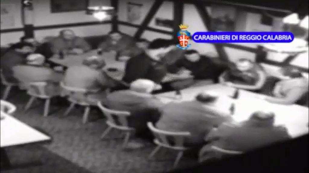 Die Videosequenz der «Operazione Helvetica»', die die kalabresische Polizei im August 2014 ins Internet stellte. Ein Dutzend Mafiosi sitzen um zwei Tische in einem Restaurant bei Frauenfeld.
