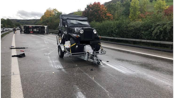 Arisdorf BL, 19. Oktober: Der 46-jährige Lenker eines Personenwagens hat am Samstagmittag auf der Autobahn A2 in Arisdorf BL beim Überholen ein Wohnmobil gestreift. Dieses geriet ins Schleudern und kippte. Ein Anhänger am Wohnmobil überschlug sich.