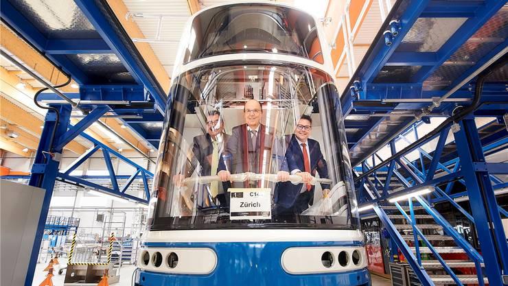 Sie waren schon drin: Bombardier-Schweiz-Chef Stéphane Wettstein, VBZ-Chef Guido Schoch und Christian Diewald, Chef von Bombardier Transportation Austria, im neuen Tram.